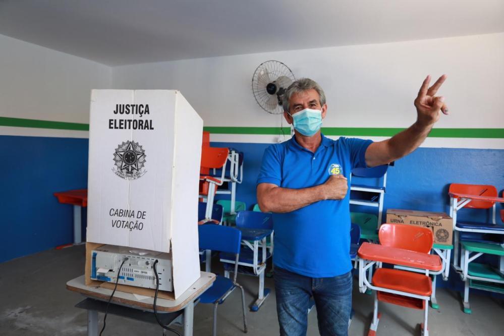 Dida de Nan (PSDB) vota no distrito de Poço Fundo e diz está confiante