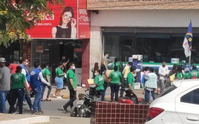 Em Santa Cruz do Capibaribe servidores realizam protesto exigindo pagamento dos salários de dezembro de 2020