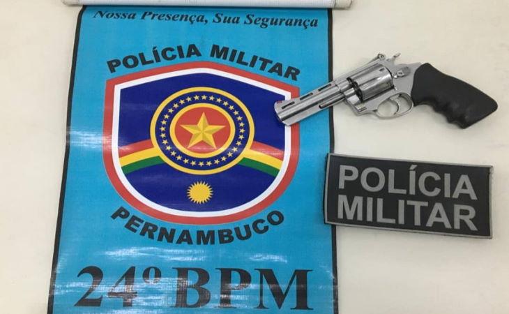 Homem que furtou arma da casa de policial se arrepende e entrega arma na delegacia