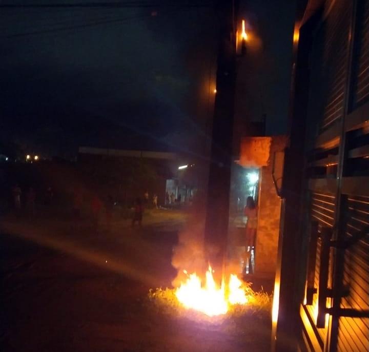 Poste pega fogo no bairro Neco Aragão, em Santa Cruz do Capibaribe