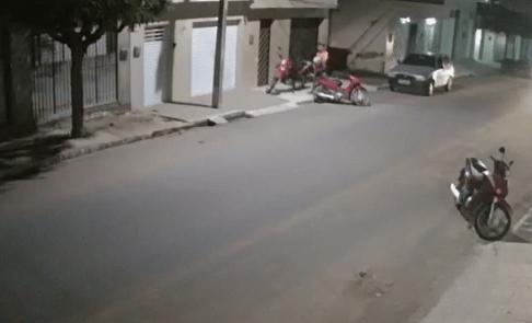 Câmeras registram momento de roubo de motocicleta em Santa Cruz do Capibaribe