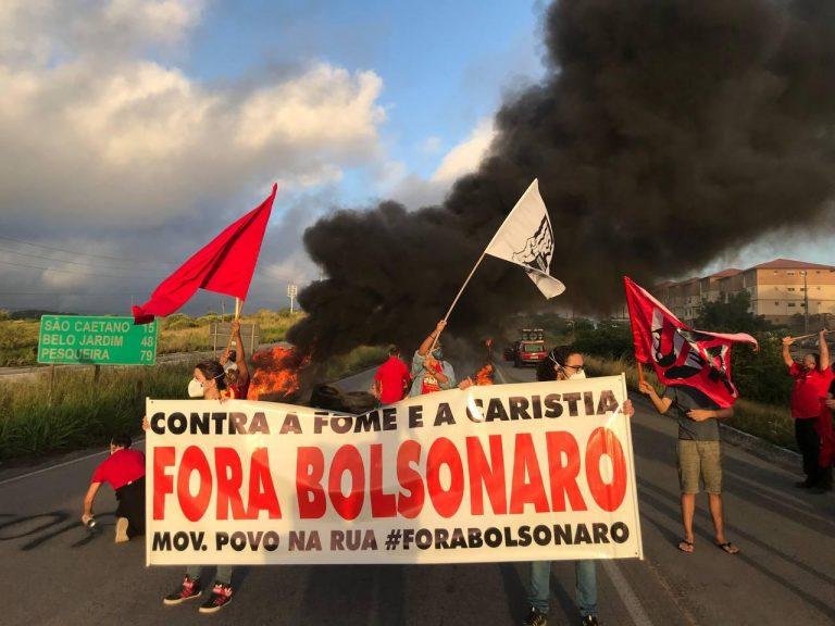 Manifestantes fecham rodovia em Caruaru contra privatização dos Correios