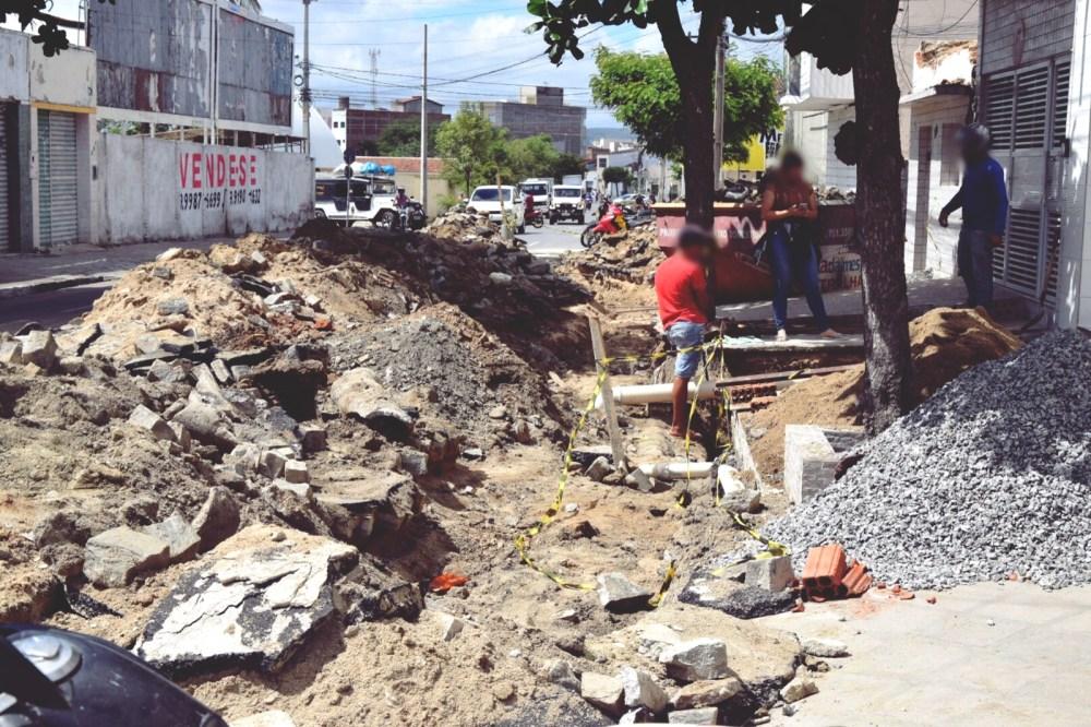 Moradores pedem celeridade em nova obra de saneamento no Centro de Santa Cruz do Capibaribe