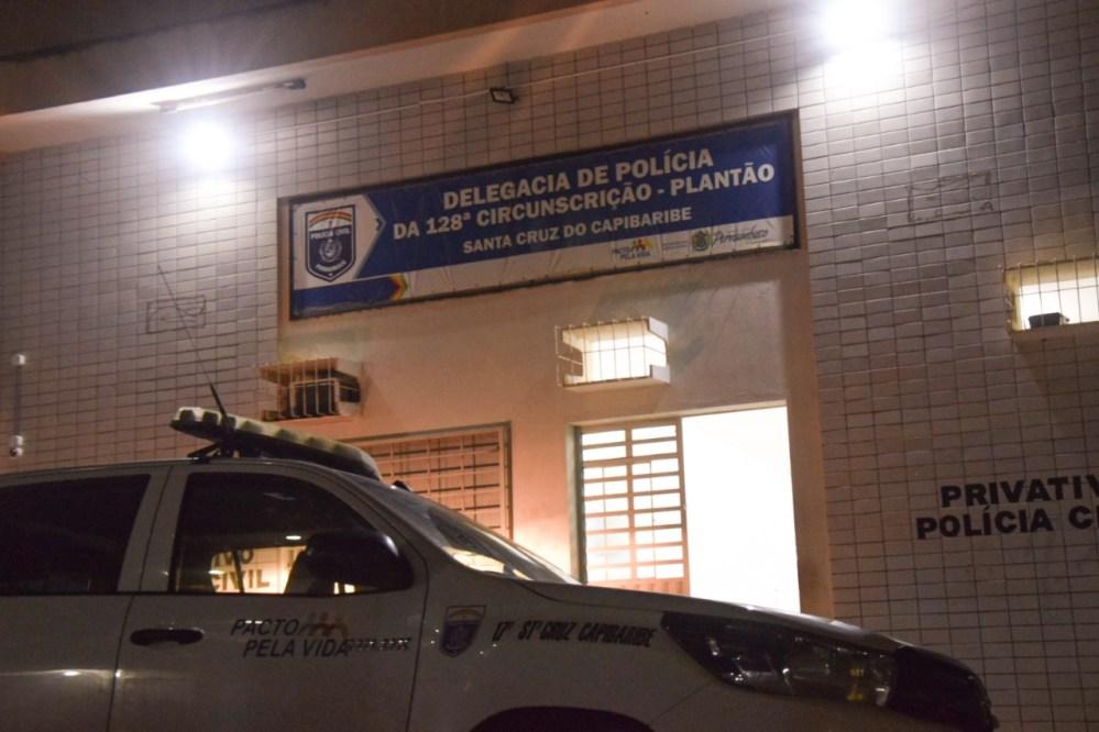Homem é detido e levado pela polícia suspeito de tráfico de drogas em Santa Cruz
