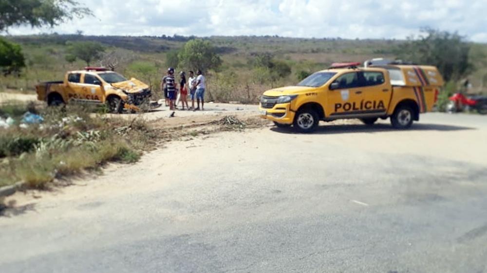 Caminhão colide em duas viaturas da BPRv em Santa Cruz do Capibaribe