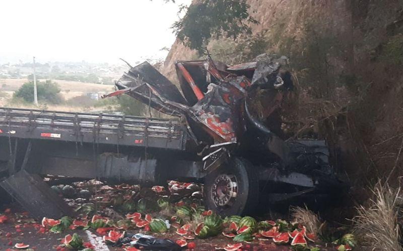 Colisão de caminhão contra paredão na Serra das Russas mata motorista e deixa grávida ferida