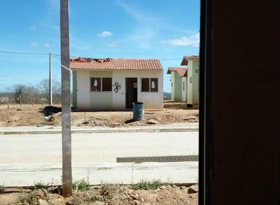 Obrigados a deixarem residências invadidas, vândalos ateiam fogo em imóveis do Residencial Cruzeiro