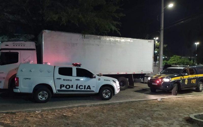 Polícia recupera caminhão com aguardente roubada na BR 104, em Caruaru
