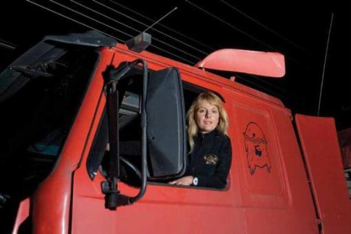 A vaidosa paranaense Maria Simone Speranseta, além de dirigir pelas estradas, ainda encontra tempo para participar de provas de competição. Ela sonha em participar do Rally Dakar
