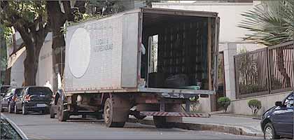 Fora do Hipercentro, mas em área ainda permitida dentro da Contorno, caminhão descarregava ontem na Rua São Paulo, no Bairro de Lourdes