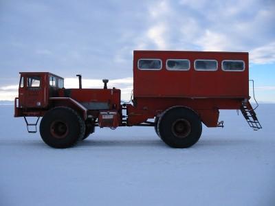 Este monstrengo, o Delta Truck, é um veículo para transporte de passageiros, cabem até 20 pessoas na parte traseira.