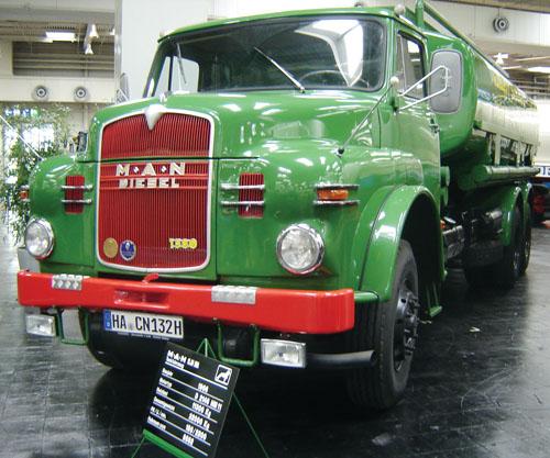 Caminhão-tanque fabricado pela MAN em 1966. Seus 180 hp eram suficientes para um PBT de 22 t