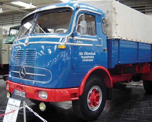 Uma versão mais bruta dos nossos conhecidos LPs da Mercedes nacional, o LP 334 de 1962 tinha 200 hp. O mais curioso, para nós, são seus faróis no pára-choques