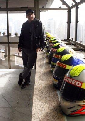 """Paulo de Tarso e alguns dos capacetes da Action, no seu apartamento em Curitiba: """"É de chorar"""""""