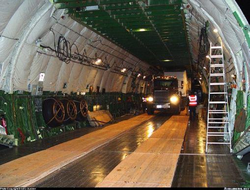 Uma carreta sendo acomodada no compartimento de carga do Antonov 225