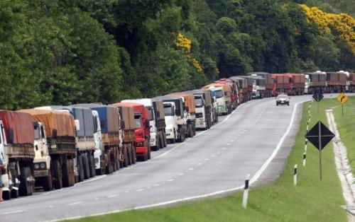 Caminhões fazem fila quilométrica na BR-277