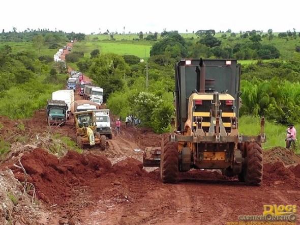 carretas-atoladas-gado-morrendo-e-motoristas-passando-fome-na-mt-437