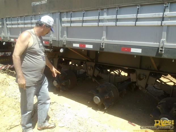 Caminhoneiro Aloísio Fraga mostra o caminhão no chão, sem pneus e rodas Foto: Michelly Oda
