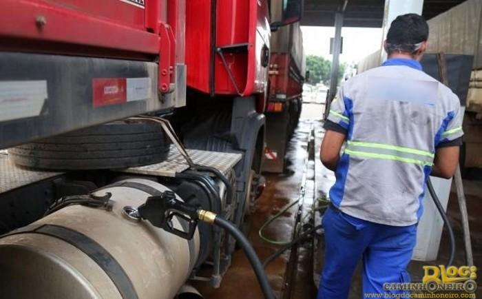 abastecendo diesel caminhao