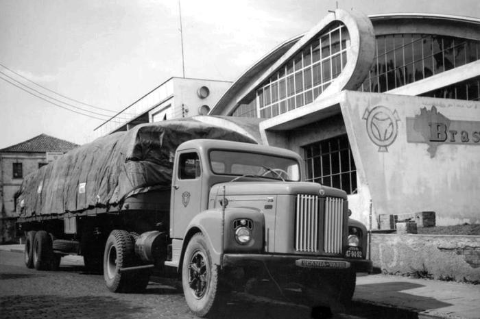 Caminhão defronte à sede da empresa, na Av. Júlio de Castilhos