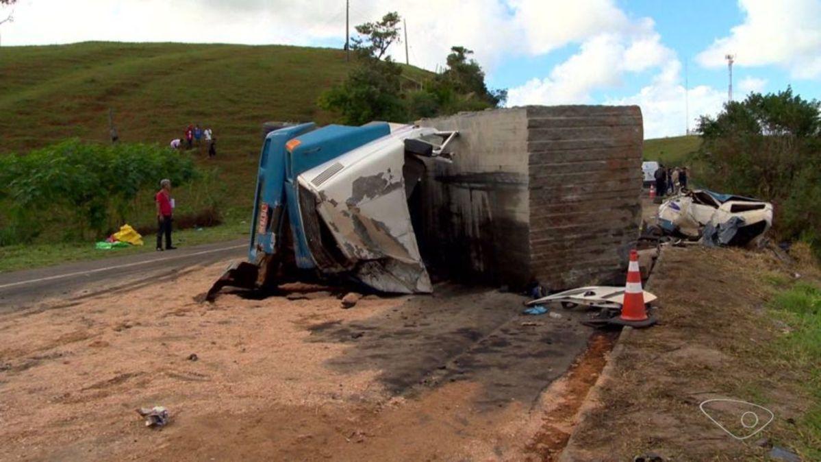 Carreta que causou acidente na BR-101 no ES levou 35 multas e tombou duas vezes