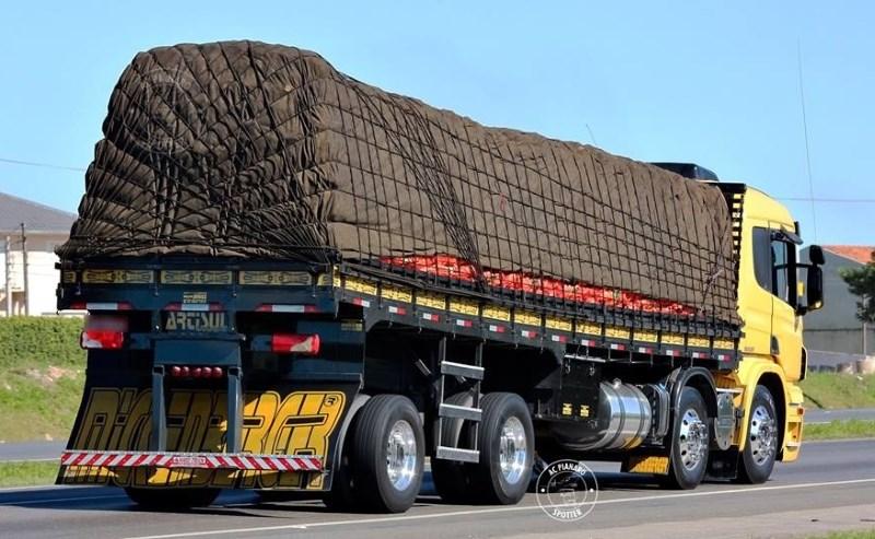 Polícia começa a multar caminhoneiros que transportam cargas amarradas por cordas