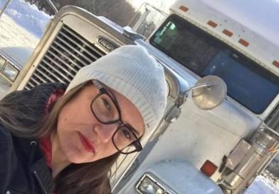 Jovem brasileira largou faculdade e fatura R$ 26 mil por frete como caminhoneira nos EUA