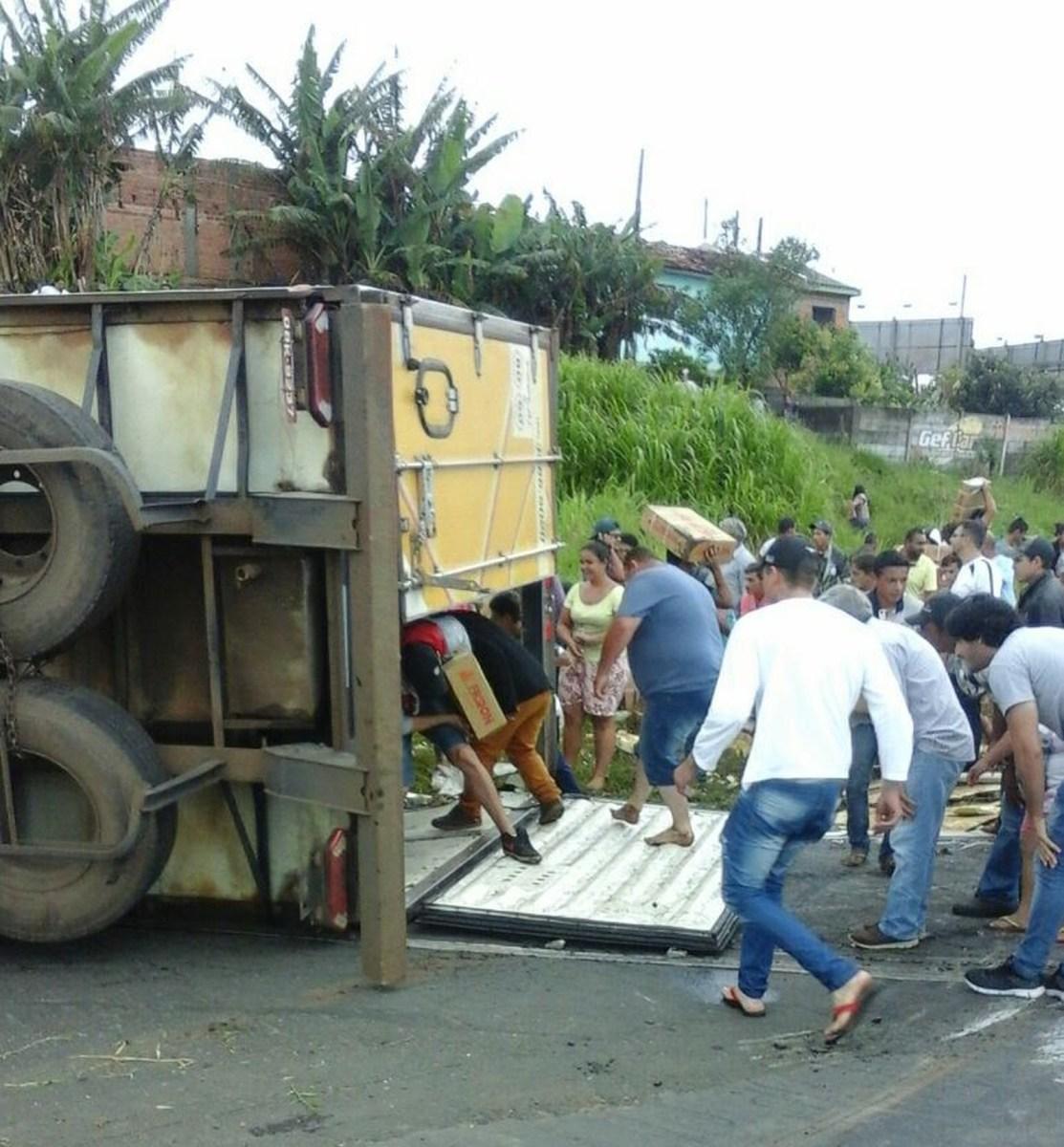 Carreta com 27 toneladas de carne tomba e carga é saqueada por 2 mil pessoas