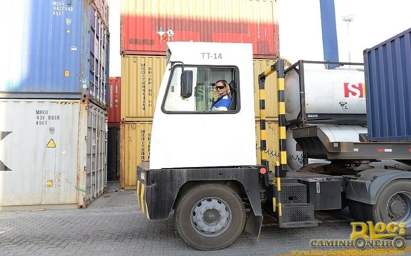Após câncer, operadora de caminhão bate recorde de 10 mil carregamentos de contêineres