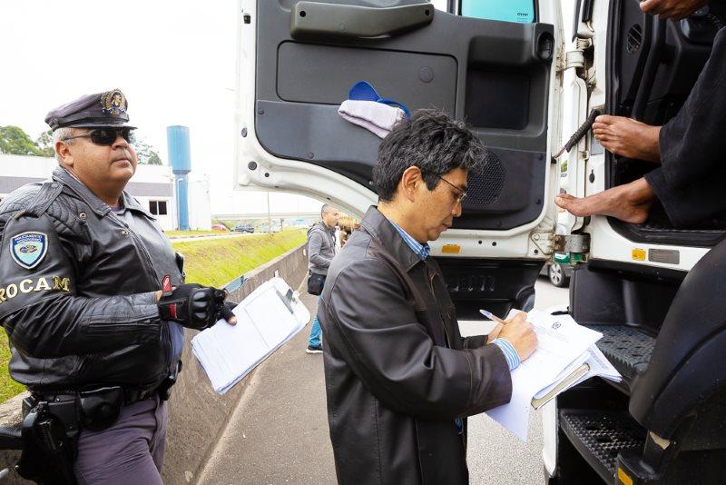 Fiscais abordam 49 caminhões em SP e MG e acham infrações trabalhistas em 35