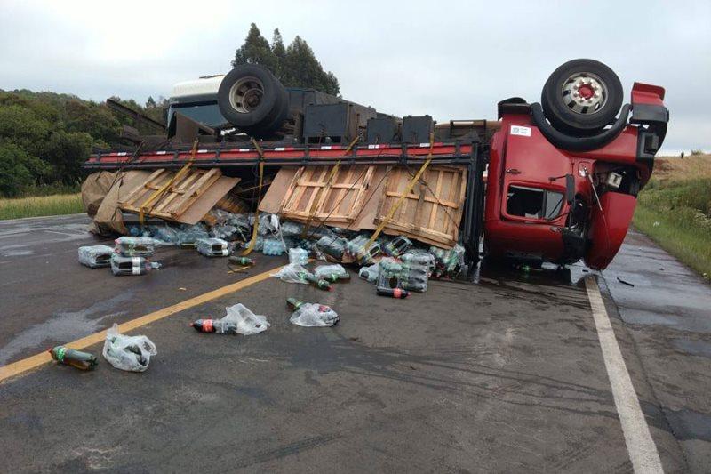População ajuda a recuperar carga de caminhão tombado no RS