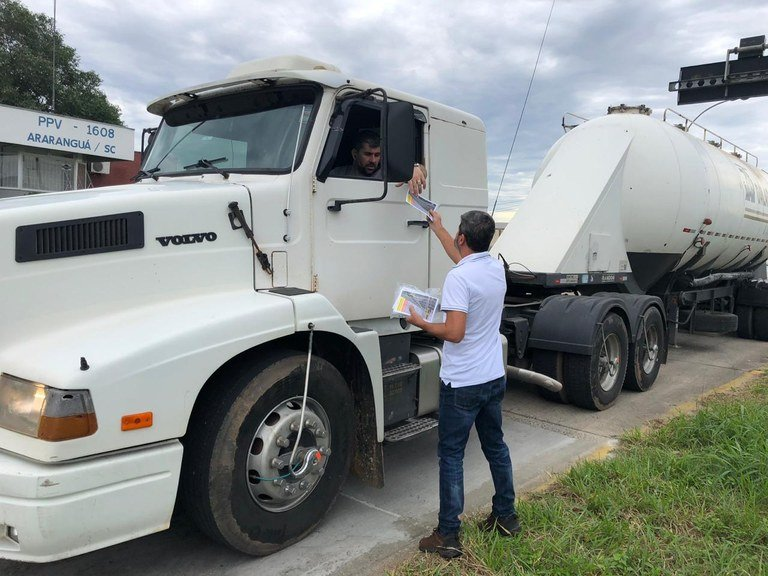 DNIT orienta caminhoneiros sobre nova tecnologia de pesagem de caminhões em Santa Catarina