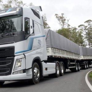 Volvo apresenta Série Especial 40 anos e Iron Knight na Fenatran