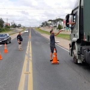 Caminhoneiros recebem alimentação gratuitamente na BR 470 em Rio do Sul