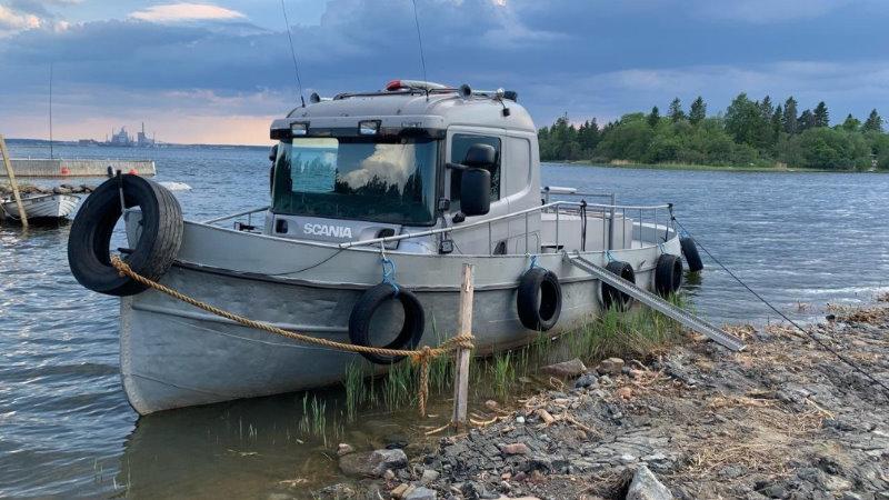 Un barco con la cabina de un Scania, está a la venta en Suecia, por 150.000 $  – Vídeos