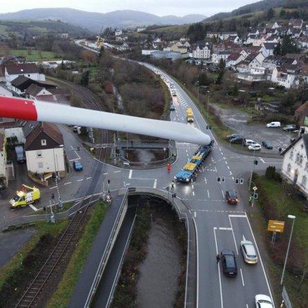 Transportadora da Europa faz transporte especial de pás eólicas de 67 metros