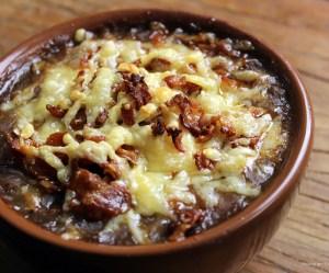 Sopa de batata com bacon gratinada
