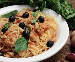 Espaguete com bacalhau e tomate