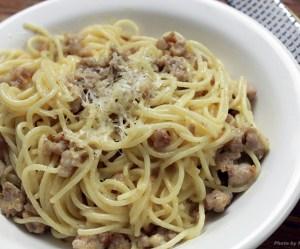 Espaguete com linguiça e creme fresco