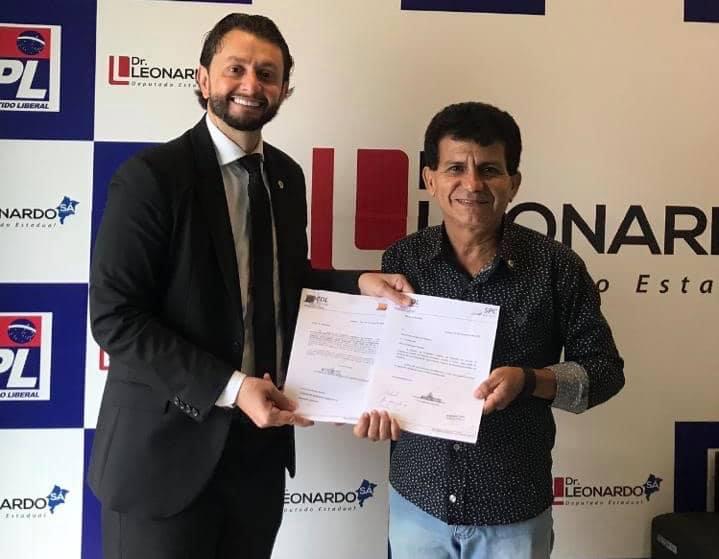 Presidente da CDL apresenta ao deputado Leonardo Sá, cópias de ação judicial movida contra o aumento abusivo da taxa de iluminação pública em Pinheiro
