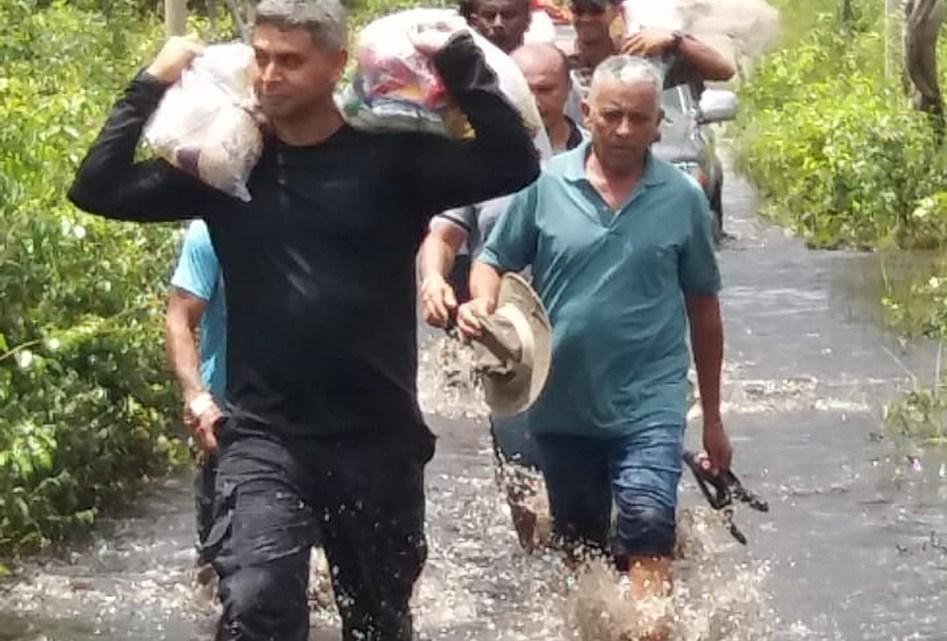 Prefeito do Maranhão atravessa rio e vira pedreiro para ajudar famílias carentes
