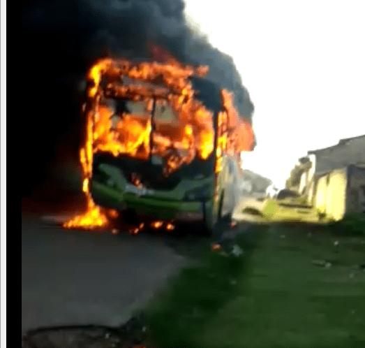 Urgente –  Ônibus escolar pega fogo na tarde deste sábado (24) em Santa Helena