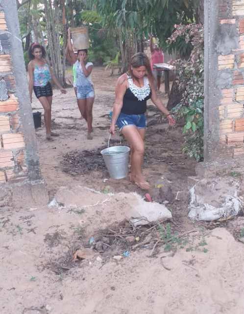 Pinheiro – Na gestão de Luciano Genésio, mulheres voltam a carregar baldes com água na cabeça no povoado Paraíso