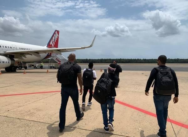 Africanos encontrados viajando clandestinamente em navio no MA retornam para a Nigéria