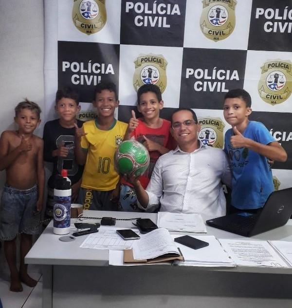 Crianças que tiveram bola confiscada por vizinha ganham terreno para jogar futebol no MA