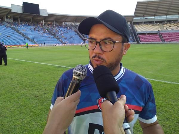 """Técnico do MAC cobra jogadores após derrota: """"Para vestir essa camisa tem que honrar"""""""
