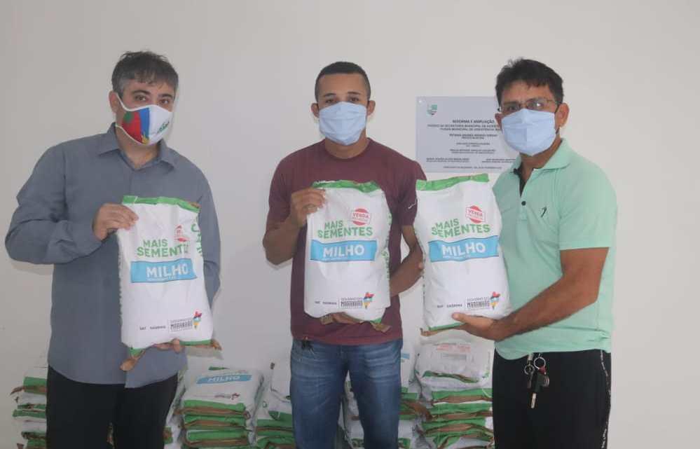 Secretário de agricultura de Porto Rico recebe sementes de milho da AGERP, para serem distribuídas aos produtores rurais