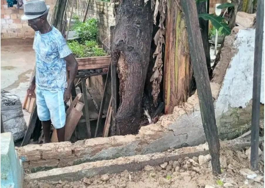 Sem solução por parte da prefeitura de Santa Helena, moradores cobram conserto do muro do cemitério no centro da cidade que desabou a vários dias