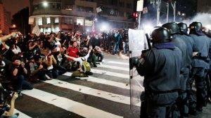 brasil-protesto-onibus-passe-livre-20130613-10-size-460