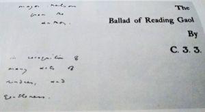 """Dedicatória de Wilde ao Major Nelson, diretor que o tratou melhor em Reading. Lê-se:""""[ao] Major Nelson, do autor, em reconhecimento de muitos atos de delicadeza e gentileza"""". Note o C.3.3, número da cela de Wilde, com que foram assinadas as primeiras edições (reprodução)"""